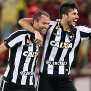 Gigante, líder e monstro: Capitán Carli ganha carinho de companheiros de Botafogo no adeus ao Glorioso