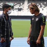 Em um ano de Botafogo, Honda já está perto de igualar número de técnicos que teve no Milan e Japão