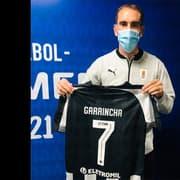 Capitão do Uruguai, Godín recebe camisa do Botafogo com nome de Garrincha