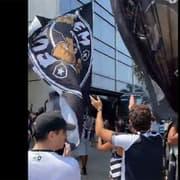Organizada do Botafogo se reúne no hotel do time para incentivar jogadores antes de duelo com Náutico