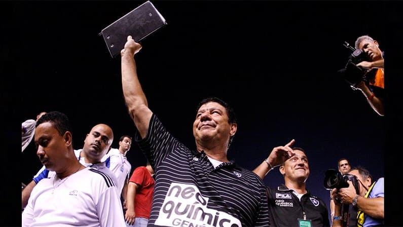 Joel Santana mostra prancheta que usou na final do Campeonato Carioca de 2010, conquistado pelo Botafogo em cima do Flamengo no Maracanã