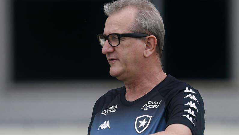 Internado com Covid-19, ex-auxiliar do Botafogo é transferido para UTI