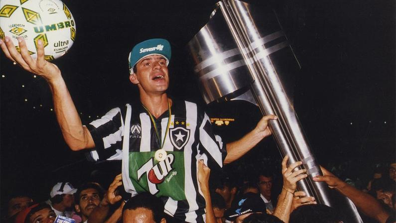 Túlio Maracilha com o troféu de campeão brasileiro e a bola do jogo do título do Botafogo em 1995