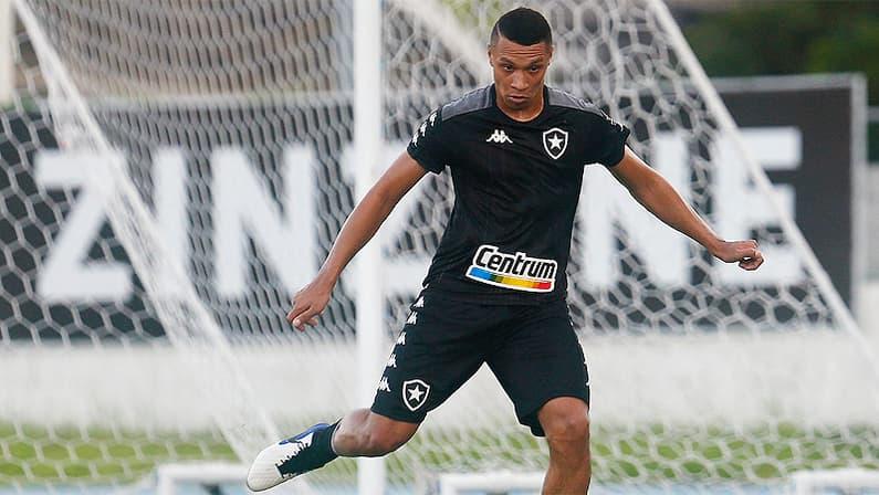 Ewerton Porto no treino do Botafogo no Estádio Nilton Santos em abril de 2021