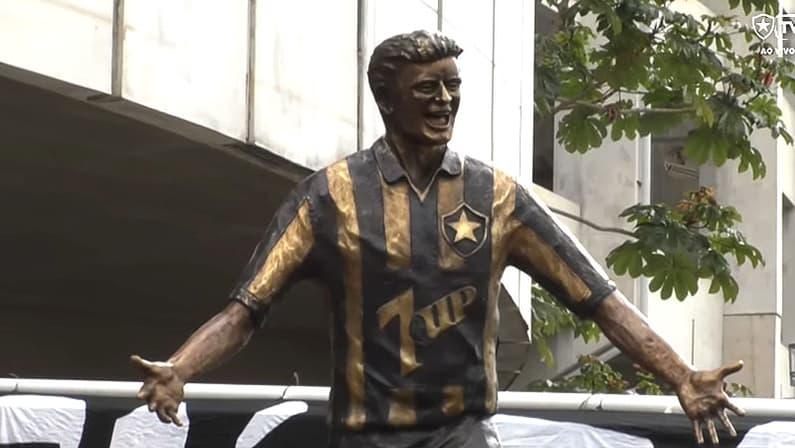 Estátua de Túlio Maravilha é inaugurada pelo Botafogo no Setor Leste do Estádio Nilton Santos