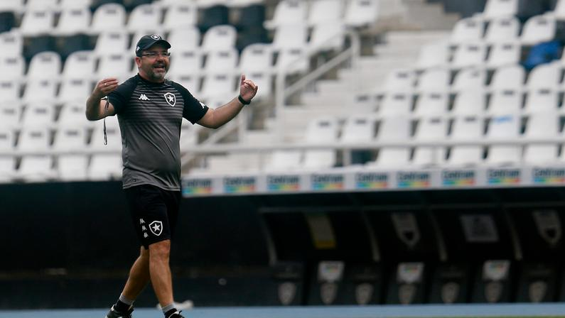 Enderson pensa em 68 pontos para garantir acesso e não vê Vasco e Cruzeiro fora da briga: 'Botafogo é prova disso'