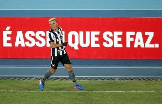 Lateral do Palmeiras, Victor Luis revive passagem pelo Botafogo e recorda momentos: 'Foi muito marcante'