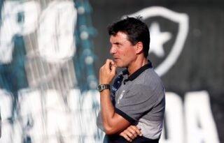 Zé Ricardo lembra 'absurdo' em demissão do Botafogo e hostilidade da torcida no aeroporto