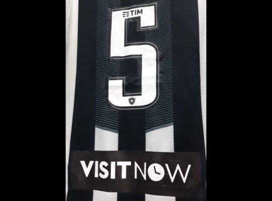 Plataforma de reservas 'Visit Now' estampa camisa do Botafogo no jogo contra o Santos