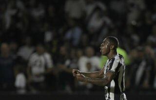 Marcelo Benevenuto avalia jovens zagueiros do Botafogo e cobra maior paciência da torcida com garotos: 'Isso chateia'