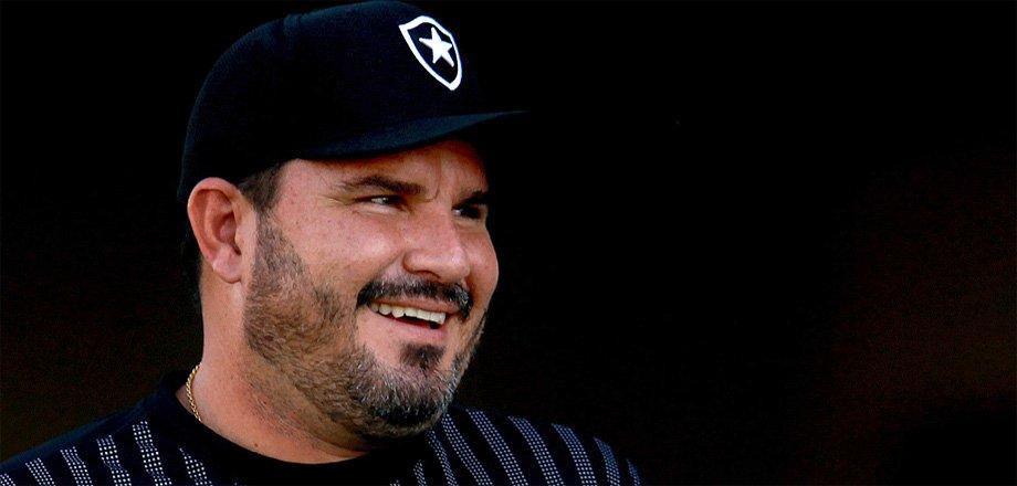 Eduardo Barroca, ex-técnico do Botafogo, hoje comanda o Atlético-GO
