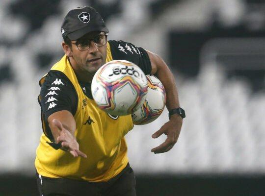 Alberto Valentim cobra R$ 263 mil do Botafogo em ação de execução no TJ do Rio
