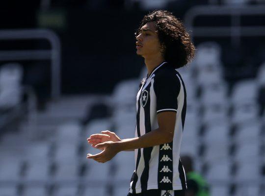 Tiano cita conversa aberta e vê chances 'gigantes' de Matheus Nascimento assinar contrato profissional com o Botafogo