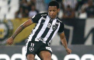 Saídas: Botafogo terá de negociar valor da rescisão de Carli e ficará com 42,5% dos direitos de Bochecha