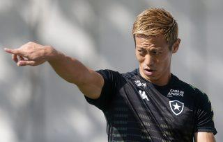 Keisuke Honda é alvo de elogios no Botafogo: 'Sempre pensa no coletivo. Acho extraordinário'