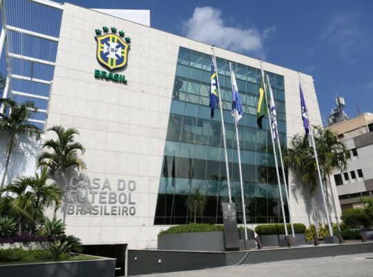 Futebol brasileiro tem previsão de retorno para agosto, VAR fora do estádio e outras medidas