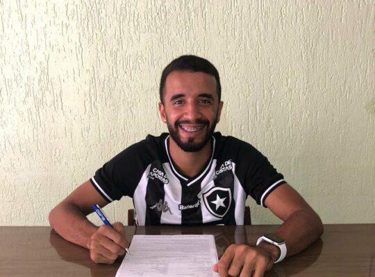 Caio Alexandre comemora renovação e se declara: 'O Botafogo é tudo na minha vida'