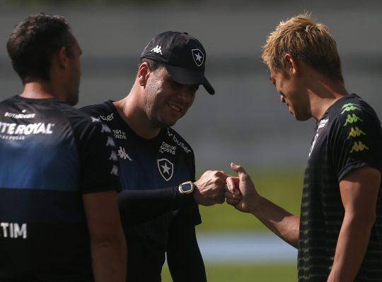 Auxiliar, Bruno Lazaroni elogia Honda no Botafogo: 'Se destaca pelo profissionalismo e pela capacidade técnica'