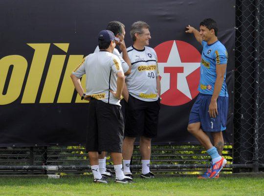 Oswaldo explica como transformou Elkeson em centroavante no Botafogo: 'Não podia deixar ficar correndo atrás de lateral'