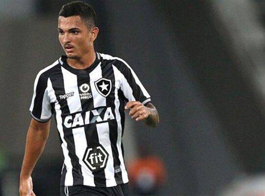 Zé Gatinha crê que poderia ter mais chances no Botafogo e lembra estreia: 'A pressão pesou muito'