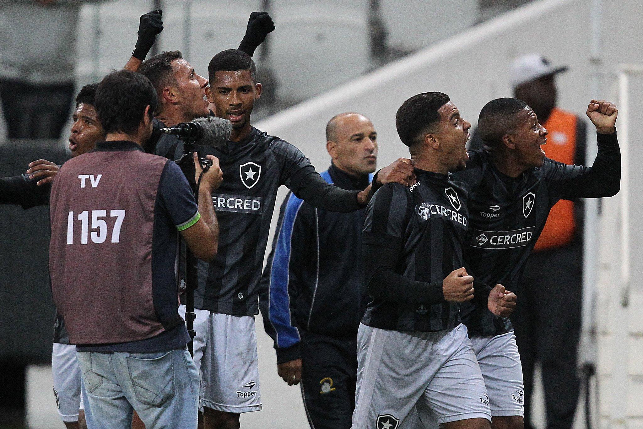Matheus Fernandes, Yuri e Gustavo Bochecha na final do Brasileiro Sub-20 de 2016 contra o Corinthians em Itaquera
