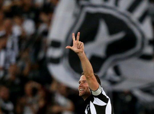 Presidente do Botafogo confirma acerto com Carli; contrato será de dois anos