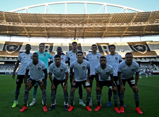 Botafogo se divide entre problemas nos bastidores e esperança em campo