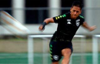Lecaros brinca com 'canetas' que levou no início para exaltar 'jogo bonito' do Brasil e se vê evoluindo no Botafogo