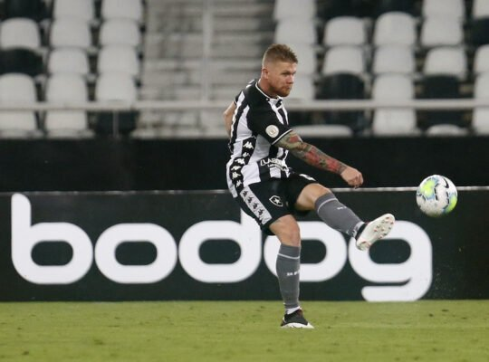 Forster admite que levou tempo para se readaptar, aprova teste como volante e elogia zaga do Botafogo