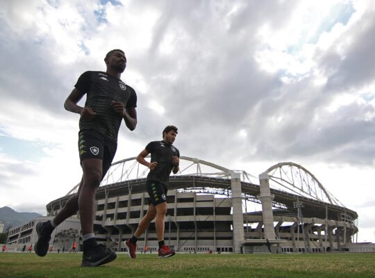 Por desgaste do campo anexo do Nilton Santos, Botafogo estuda treinar na Barra