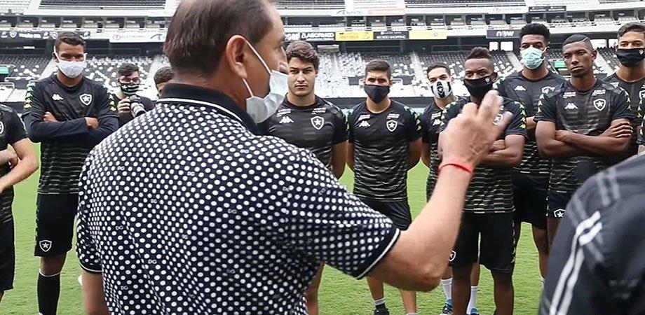 Ramón Díaz conversa com jogadores do Botafogo no Estádio Nilton Santos