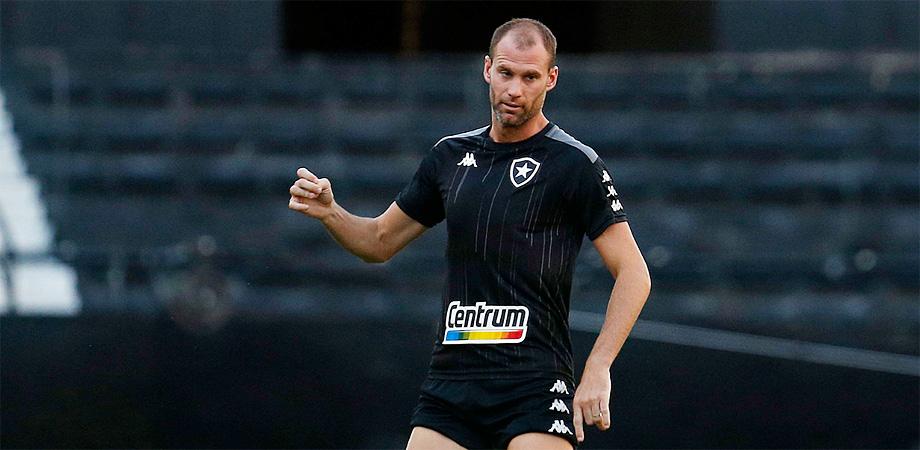 Joel Carli no treino do Botafogo em abril de 2021