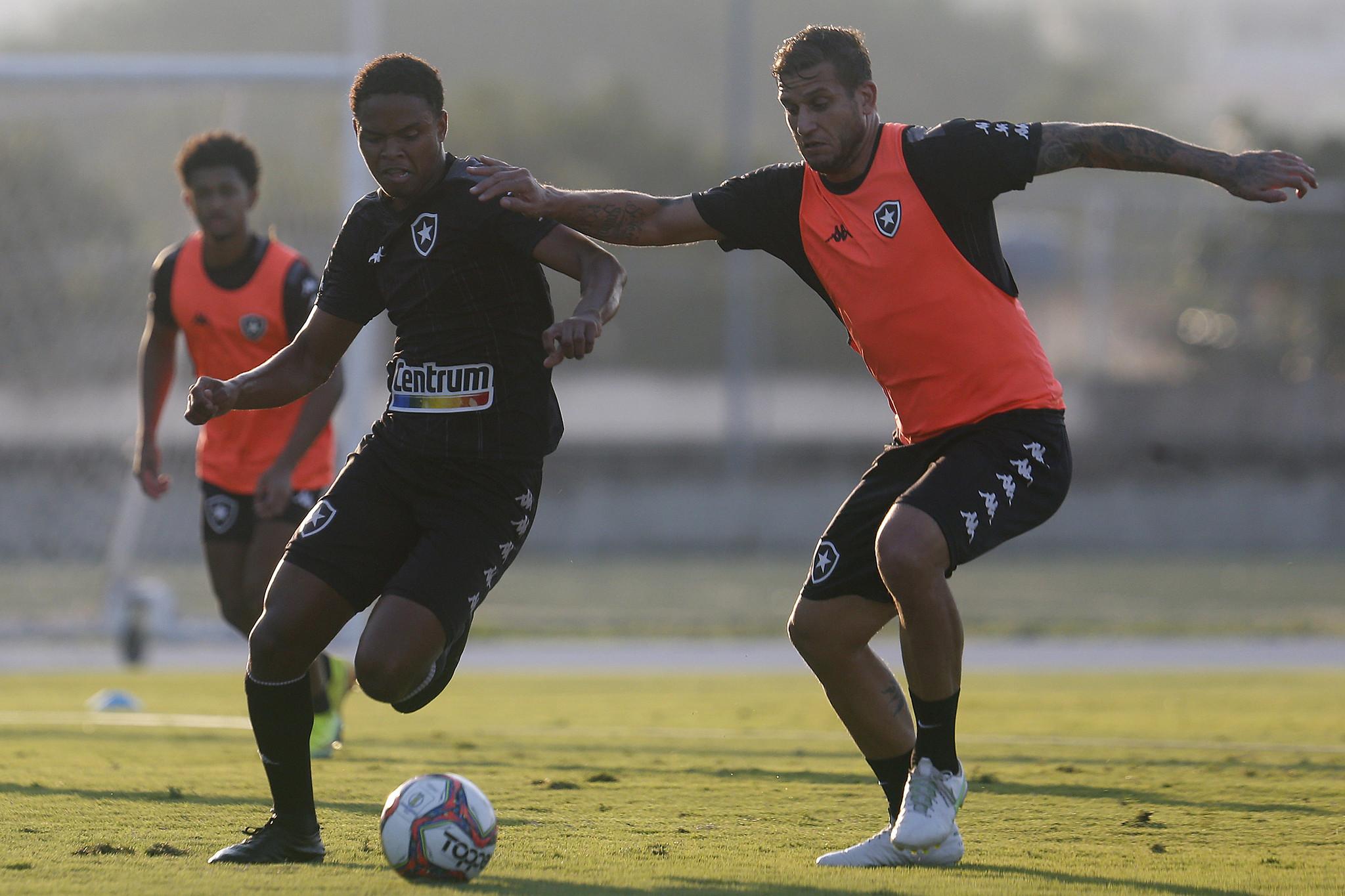 Lucas Mezenga e Rafael Moura - Treino do Botafogo